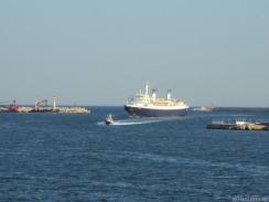 die Fähre wird mit einem Lotsen in den Hafen geführt