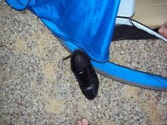 der Schuh dient als Schutz, damit man nicht über den Hering stolpert.