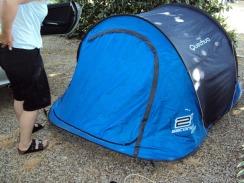 Das Zusammenlegen des Zeltes beherrscht Andrea perefekt...