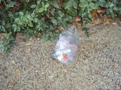 Die Mülltüte entsorgen wir bei der Ausfahrt...