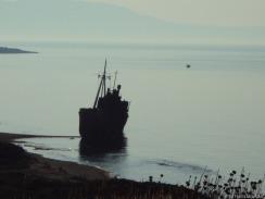 ein verlassenes, verrostetes Schiff