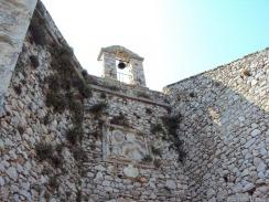 steinerner Glockenturm mit Markuslöwe