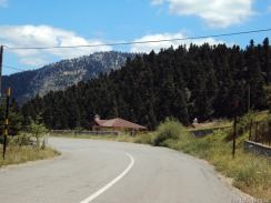 """ab in die griechischen """"Alpen"""", man beachte links und rechts die Strassenbegrenzer (für den Winter)"""