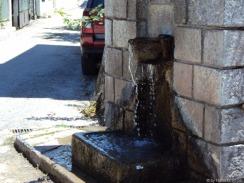 Brunnen, mitten in Delfi
