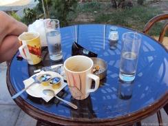 grichische Frühstücksidylle: zu jedem(!!) Kaffee immer ein mittleres Wasser !