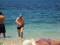 gar nicht so einfach, am Kies-Strand ohne Latschen aus dem Meer zu kommen...