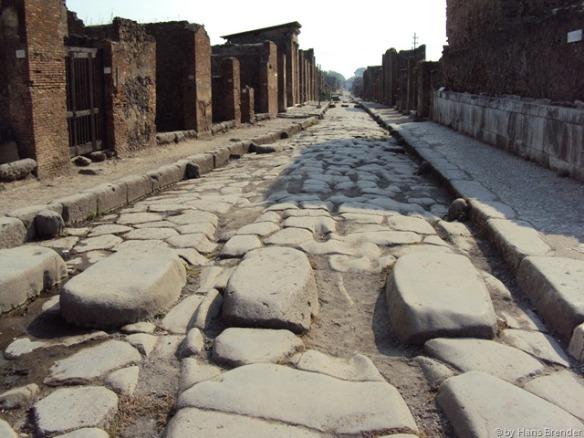 damals floß hier noch Unrat. Über die erhöten Steine kamen die Poimpejir trockenen Fußes über die Strasse.